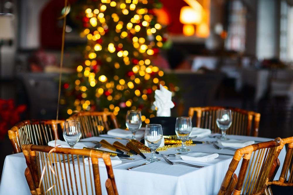 Una mesa de un restaurante en Navidad